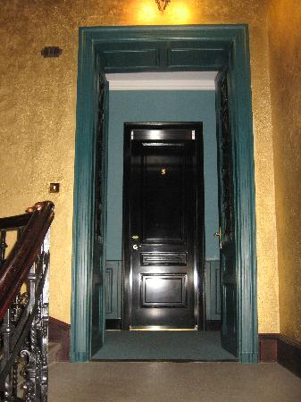 Gerloczy Rooms de Lux: Entryway to 2nd floor