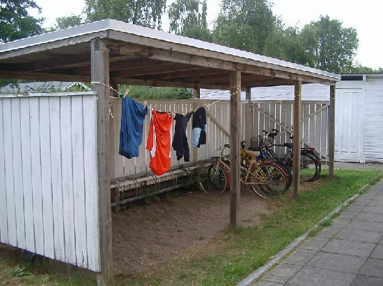 Danhostel FrederiksVaerk : parking de bicis y colada al sol