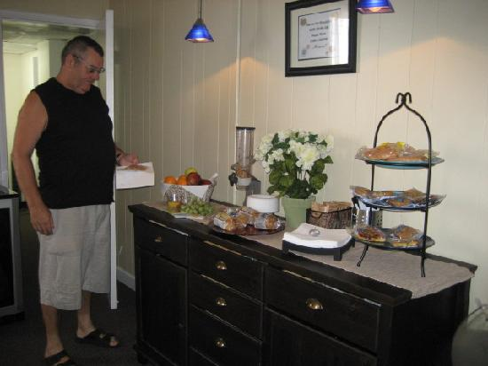 Haven Hotel - Fort Lauderdale Airport : Enjoying the Breakfast bar