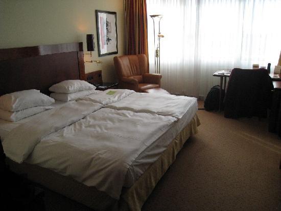 Sheraton Muenchen Arabellapark Hotel: The Bedroom