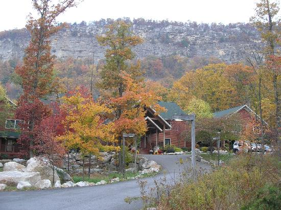 Minnewaska Lodge: Looking at the front with the cliff behind