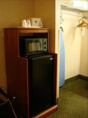 BEST WESTERN Fairfax: Fridge, Microwave and Closet