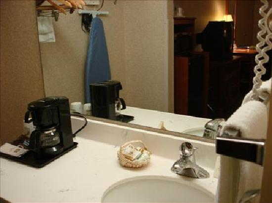 Best Western Fairfax: Sink and Coffee Area