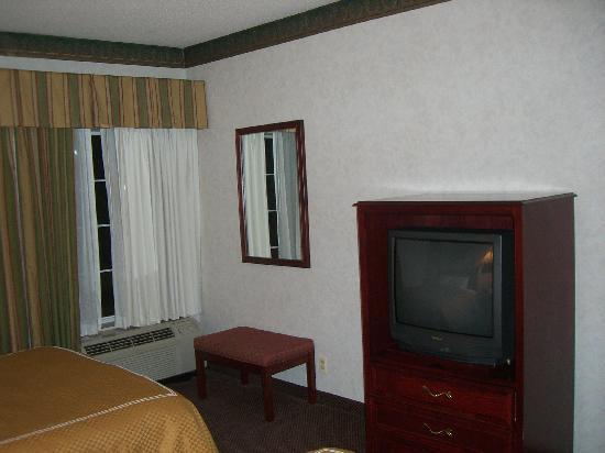 Comfort Suites Newark: TV, window & heat/AC at foot of beds