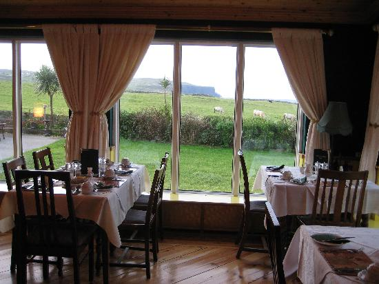 Atlantic View Bed & Breakfast : beautiful dining room with view of the cliffs