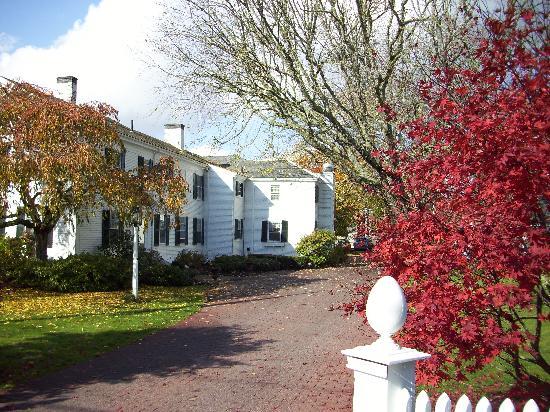Captain's House Inn: Einfahrt zum Haupthaus