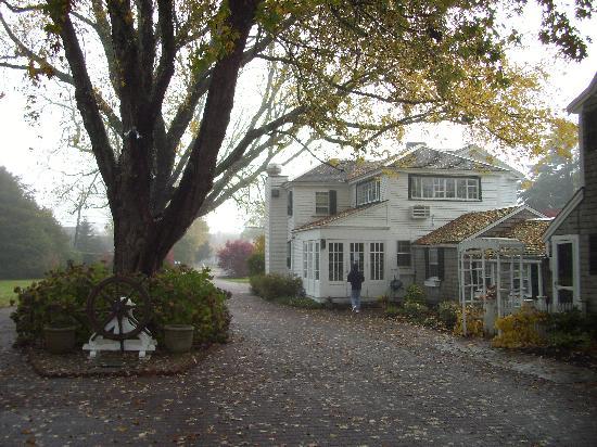 Captain's House Inn: Haupthaus vom Hof aus (November)