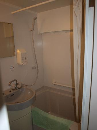 Hirakata Sun Plaza Hotel: Our bathroom - another view of the tub/shower.