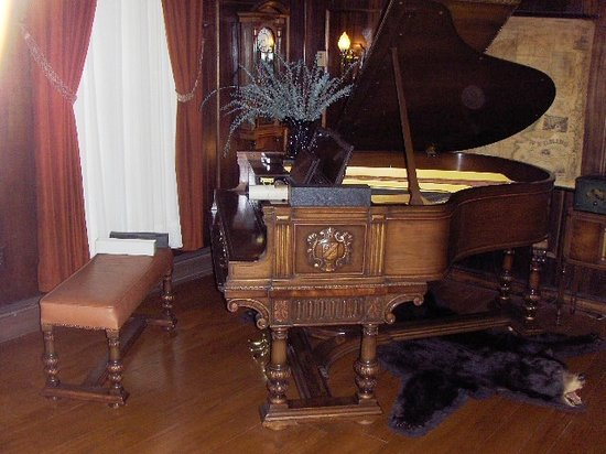 Farnsworth House Bed and Breakfast: The grand player piano from the Roxy Theater