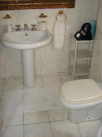 Leonardo Da Vinci Residence: Bath ensuite