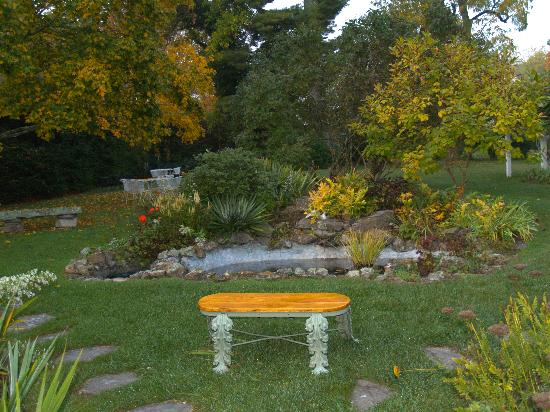 Lewisburg, Virginia Barat: Backyard garden of Inn