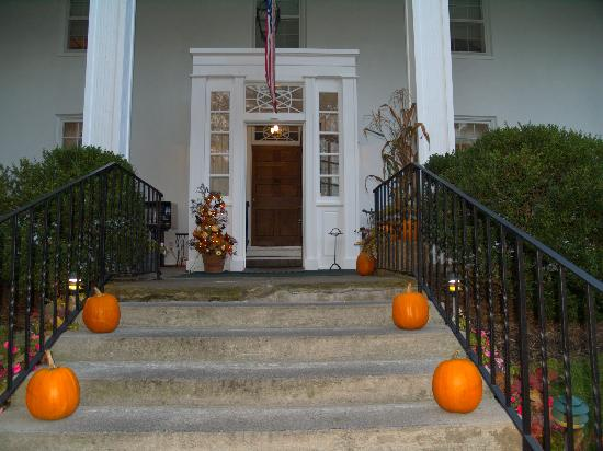 Historic General Lewis Inn: Front Door of inn