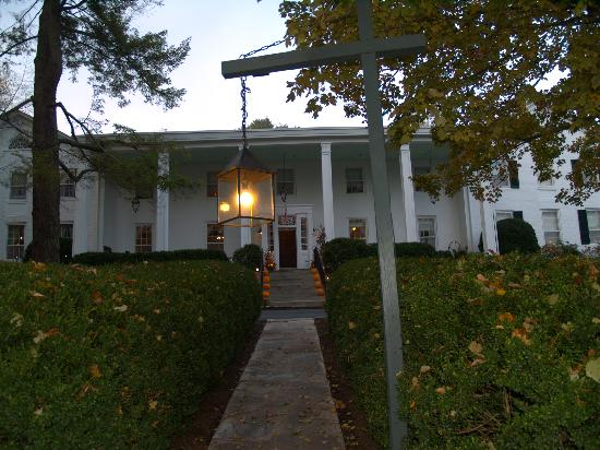 Historic General Lewis Inn: Front of Inn