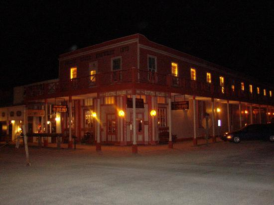 Trail Rider's Inn Motel: Nightime in Tombstone The Crystal Palace Saloon