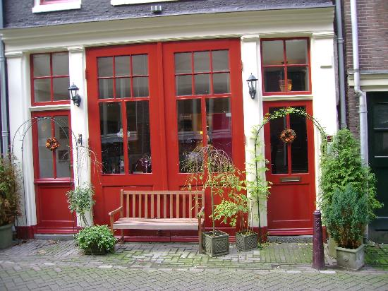 Boogaard's Bed and Breakfast: Cant miss the entrance - Bright red doors