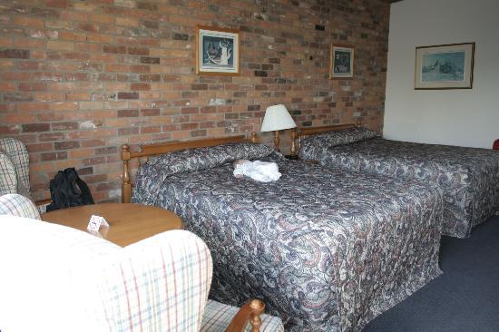 Ramada Gananoque Provincial Inn: room overview