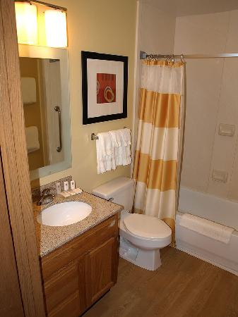 TownePlace Suites Fresno: Bathroom in one bed suite