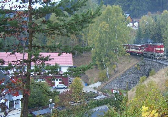 Berg Hotel Malamut: Neubau unten Schwimmholle, rechts Eisenbahn