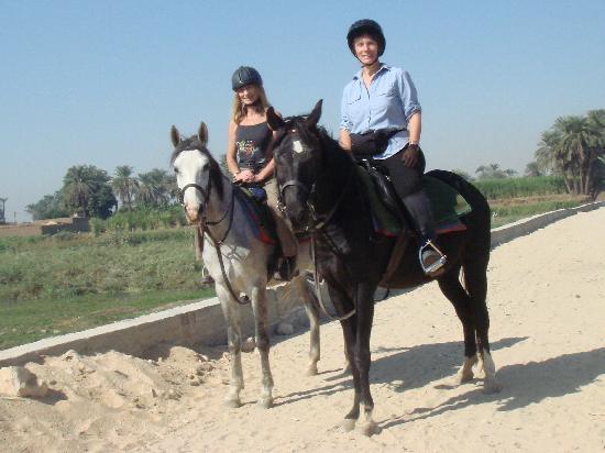 Amon Hotel Luxor: horse riding...along The Nile