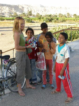 Amon Hotel Luxor: meeting the local children