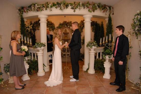 Vegas Wedding Chapel : At the alter