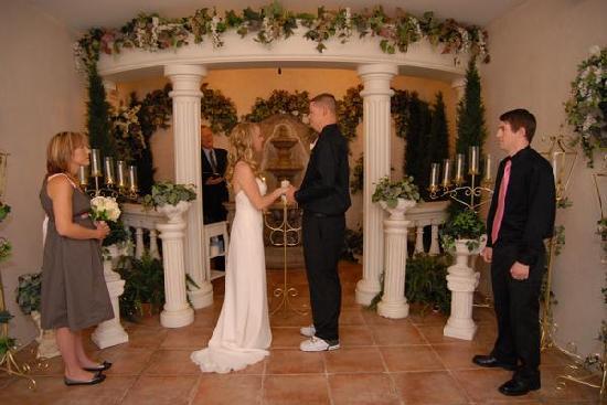 Vegas Wedding Chapel : At the alter