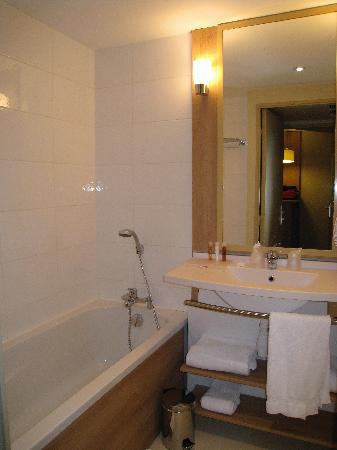 Appart'City Confort Marne la Vallee - Val d'Europe: Bathroom - Bathtub area