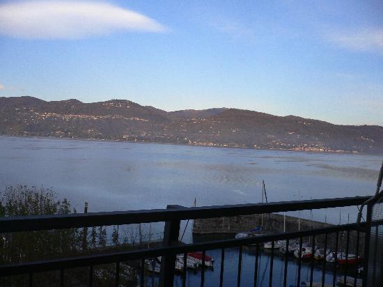Ispra, Italien: LE LAC MAJEUR VU DE LA CHAMBRE