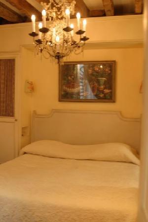 Hotel Caron de Beaumarchais: our cozy little room !