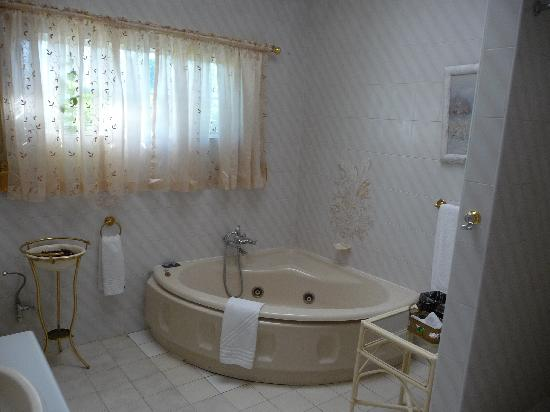 Falcon Crest Suites: Jacuzzi Tub In Bathroom Part 74