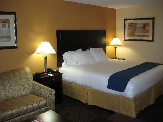 Holiday Inn Express Suites Mason: View of bed from desk area
