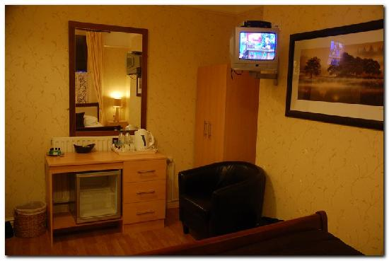 Beech Mount Hotel: Leather chair, fridge and kettle with tea
