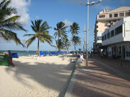 Portobelo Boulevard: pathway in front of the Junior