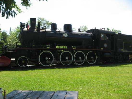 Chamberlin's Lookout Bistro & Boutique: Steam train Wakefield