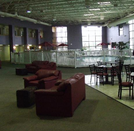 Howard Johnson East Lansing: The Breakfast Room / Lounge / Pool area!