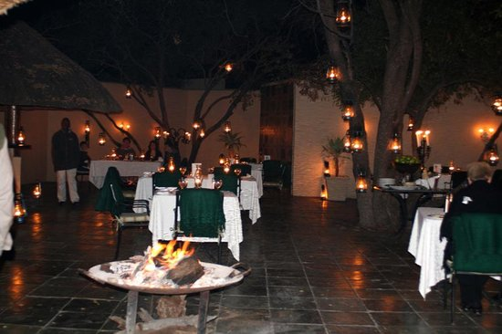 andBeyond Ngala Safari Lodge: abends im Camp