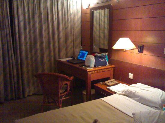 Hotel Fortuna: Bed and Desk