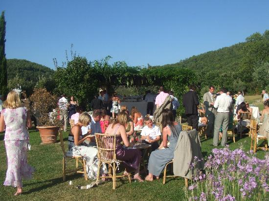 Agriturismo Fonte de' Medici: canapes by the pool