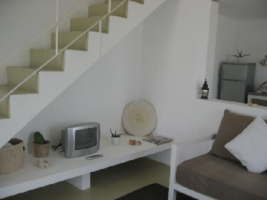 Casa Velha Resort : séjour avec l'escalier d'accès à la chambre