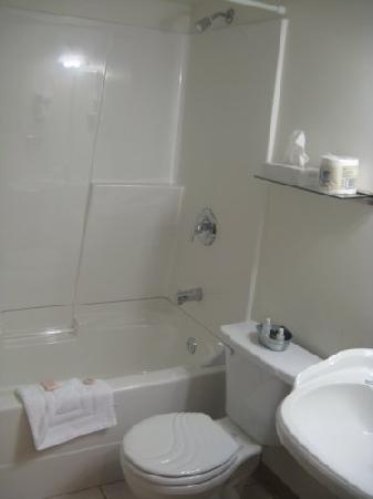 يوكون إن: yukon inn - bathroom