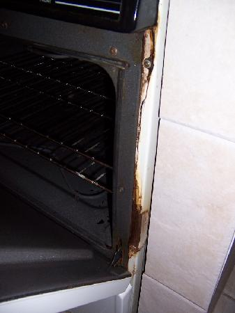 Pineapple Place Apartments: Not sure when they last cleaned the stove!