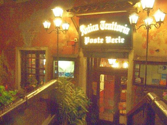 Antica Trattoria Poste Vecie : exterior by night