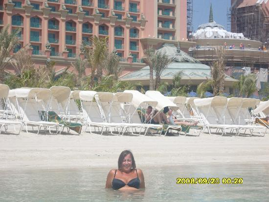 Atlantis, The Palm: Check out the workman, etc in the backgrd