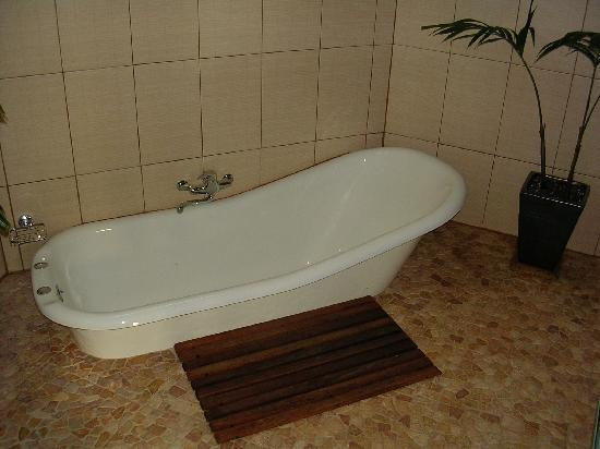 Magic Reef Bungalows: outdoor bath (lovely)