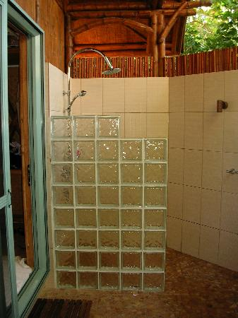 Magic Reef Bungalows: outdoor shower