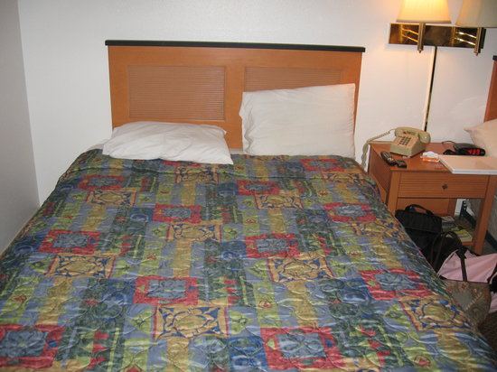 Days Inn Lakewood South Tacoma: bed