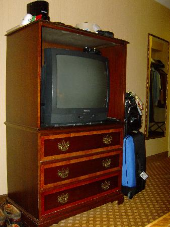 Holiday Inn San Antonio Downtown Market Square: Here is your cable TV and storage.
