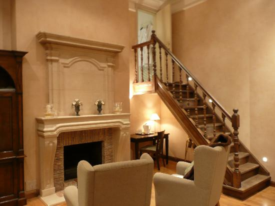 Flanders Hotel: Fireplace and stairs to bathroom