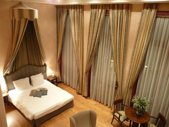 Flanders Hotel: suite from bathroom