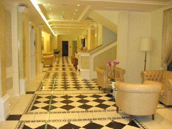Queen's Court Hotel & Residence: lobby